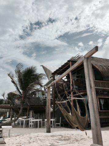La plage et les hamacs de l'hôtel Azul